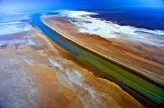 Wo der Fluss in den Salzsee vordringt, kommt es zu spektakulären Farbeffekten, die nur aus der Luft sichtbar werden