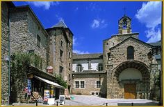 Photo de l'église Saint-Pierre de Blesle, ancienne abbatiale de l'abbaye fondée au IXe siècle par Ermengarde; un édifice remanié au XIIe siècle et classé aux Monuments Historiques depuis 1907.