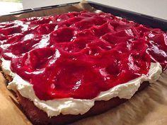 Raspberry cake (creamy - fruity sheet cake, for 20 pieces) - Rezepte Torten/Kuchen - Heerlijke meal Raspberry Cake, Raspberry Recipes, Sweet Bakery, Cake & Co, Bakery Cakes, Something Sweet, Cookie Recipes, Food And Drink, Easy Meals
