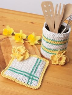 Whether you like to knit, crochet, or both, we've got some free pot holder patterns for you. First try these free crochet pot holder patterns, and then grab your knitting needles to make some knit pot holders to protect your hands in the kitchen. Crochet Accessories Free Pattern, Easy Crochet Patterns, Knitting Patterns Free, Free Knitting, Free Crochet, Crochet Designs, Crochet Home Decor, Crochet Crafts, Crochet Projects