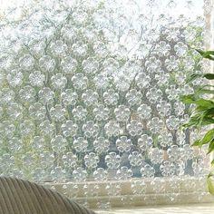 ...cortina cristalina, con dise˜no floral, fondo de botellas
