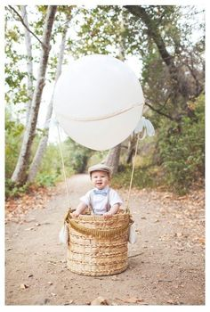 Vintage Hot Air Balloon birthday party via Kara's Party Ideas Cake, banners, food, tutorials, and more! Hot Air Balloon Cookies, Diy Hot Air Balloons, Baby Boy 1st Birthday Party, First Birthday Photos, Boy Birthday Pictures, Birthday Celebration, Ballons Fotografie, Birthday Photography, Photography Props