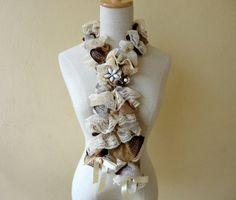 Confeccionado com renda e fio rendado, laço de cetim e peça em resina Lindo, sensual, romântico...