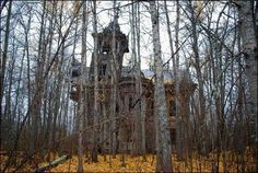 Creepy Old abandoned house falling to ruin in the woods. Abandoned Churches, Old Abandoned Houses, Abandoned Mansions, Abandoned Places, Old Houses, Haunted Houses, Creepy Houses, Haunted Mansion, Derelict Places