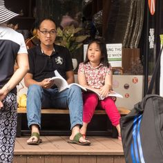 Die Lektüre scheint vergessen... Vietnam, Baby Strollers, Children, Left Out, Pictures, Baby Prams, Young Children, Boys, Kids