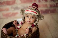 Sock Monkey - Hand häkeln Unisex Baby oder Kleinkind Beanie - Mütze Super Soft mit Pom Pom in Haferflocken, rot und Creme