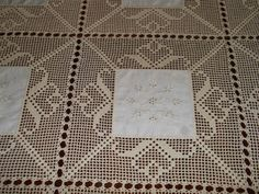 Bildergebnis für linho e crochet Crochet Fabric, Crochet Quilt, Crochet Doilies, Lace Patterns, Cross Stitch Patterns, Crochet Patterns, Tablecloth Fabric, Crochet Tablecloth, Diy Crafts Crochet