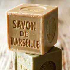 Ti servono: 230 gr. di sapone di Marsiglia naturale grattugiato; 2 tazze di bicarbonato di sodio; Acqua.Per preparare un detersivo liquido al sapone di Marsiglia prendi una casseruola in grado di cont