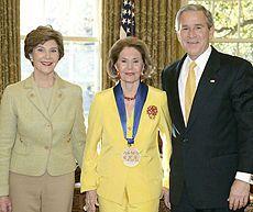 Cyd Charisse entourée de Laura Bush et George W. Bush, recevant la Médaille des Arts et des Lettres le 9 novembre 2006.