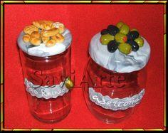 Frascos para guardar azeitonas e pão ralado decorados com biscuit.