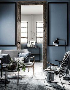 donkere-kamer-met-houten-deurpost-en-donkere-meubels