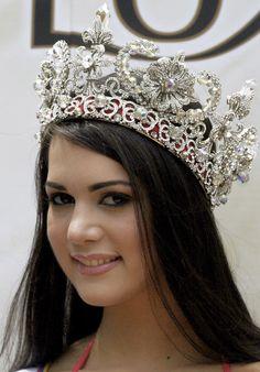 Monica Spear Posa para la Prensa mostrando con Orgullo la Corona que la Acredita como la soberana de la Belleza, como Miss Venezuela 2004..