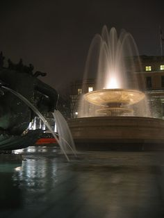 London - Trafalgar Square at night 1 London Attractions, Trafalgar Square, London Travel, Westminster, Big Ben, Fountain, Night, City, Places