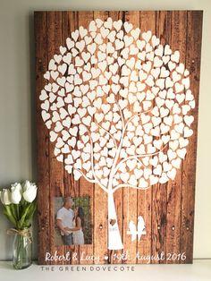 Unser schönes Foto Hochzeit Gästebuch würde wirklich eine rustikale Hochzeit ergänzen. Ihre personalisierte Leinwand kann mit 2 Initialen auf dem Baum, 2 Namen und Ihr Hochzeitsdatum personalisiert werden. Mit einem Holz-Effekt-Hintergrund und eine atemberaubende weiße Baum mit 2 süßen Liebe Vögel ist eine Plastikhülle beigefügt warten auf Ihr spezielles Foto. Schieben Sie einfach in Ihr 4,5 x 6 Zoll Foto und du bist gut zu gehen! Ihr Foto kann immer und immer wieder geändert werden. Wow…