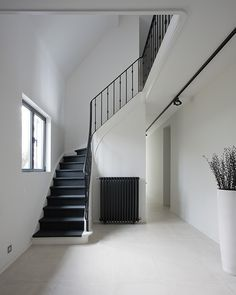Unique Home Decor Painted Staircases, Painted Stairs, Unique Home Decor, Cheap Home Decor, Black Stairs, White Staircase, Old Home Remodel, Home Modern, House Stairs