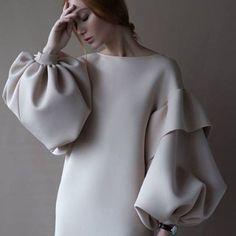 Etuikleid mit Puffärmeln in beige – sena özdemir - Cool Style - Damenmode Fashion Details, Look Fashion, Fashion Show, Womens Fashion, Fashion Design, Fashion Trends, Fall Fashion, Fashion 2018, Elegance Fashion