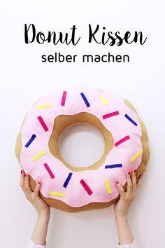 DIY Donut Kissen selber machen, Variante mit und ohne Nähen. Ist das nicht eine super süße Idee? Ihr wisst ja, ich bastele am liebsten mit Donuts und habe schon meine eigene Donut Seife, Donut Duftkerzen und natürlich auch essbare Galaxy Donuts selbst gemacht. Ein DIY Donut Kissen stand schon ewig auf meiner To-Do Liste und ich bin umso glücklicher, es endlich in Angriff genommen zu haben!
