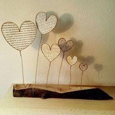 """Nächstes Teil ausm Werkunterricht Herzen aus Papierdraht und mit Seiten aus alten Büchern """"gefüllt"""" ❤ #herzen #selbstgemacht #werkunterricht #draht #herzen #holz #liebe #buchseiten #deko #ausbildung #drahtfigur #papierdraht:"""