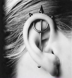 Piercing forcone all'orecchio.