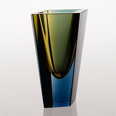 "KAJ FRANCK - ""Prisma"" glass vase for Nuutajärvi Notsjö 1962, Finland. [h. 16 cm] Bauhaus, Vintage Design, Retro Vintage, Glass Design, Design Art, New Pins, Modern Contemporary, Glass Art, Clothing Sets"