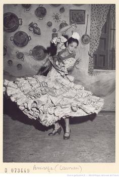 """Carmen Amaya Amaya (Barcelona, 1918 (¿?) - Bagur, Gerona, 1963). Bailaora y cantaora de origen gitano. Revolucionó la danza, bailando desde muy joven con figuras muy populares y reconocidas. Apodada La Capitana, desde que se inició en el flamenco acompañando a su padre. Se decía de ella que """"El sentimiento hecho carne"""". Bailó en Nueva Yotk al igual que """"Argentinita"""" y Pilar López, cuando se erigió en el santuario de la danza española."""