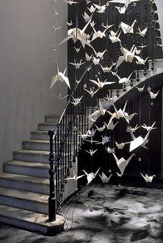 El origami es el origen del trabajo de estos creadores. Ellos transforman este material aprovechando su ductilidad y belleza.