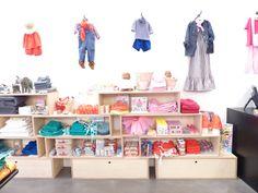 Kids shop, store display. Bonton concept store pour enfants et bébés : vêtements, accessoires, bazar, linge et mobilier. .