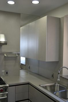 The mirror visually extended the kitchen spaice Kitchen Interior, Kitchen Cabinets, Doors, Mirror, Home Decor, Kitchens, Puertas, Interior Design, Home Interior Design