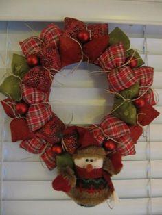 """Guirlanda, guirlandinha Te olhar me faz feliz De saber que eres minha e de pensar: """"fui eu que fiz!!"""" Christmas Hearts, Christmas Nativity, Noel Christmas, Christmas Ornaments, Christmas Arrangements, Christmas Centerpieces, Xmas Decorations, Christmas Sewing Projects, Xmas Wreaths"""