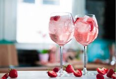 This recipe for pink gin prosecco cocktails will get the party started! Check out this amazing set of Gin Glasses here Ingredi. Gin And Prosecco Cocktail, Pink Cocktails, Champagne Sangria, Champagne Cupcakes, Pink Champagne, Cocktail Drinks, Fruit Drinks, Alcoholic Drinks, Cocktails