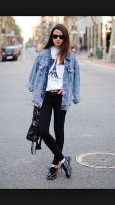 We all love our jeans. Denim is comfortable and it matches everything. Now, denim is even more prominent. Think jackets, tops, overalls and dresses. While you shouldn't go for a complete denim outfit,. Denim Oversize, Oversize Look, Oversized Jacket, Black Skinnies, Black Jeans, Black Brogues, Street Style Jeans, Fashion Mode, Womens Fashion