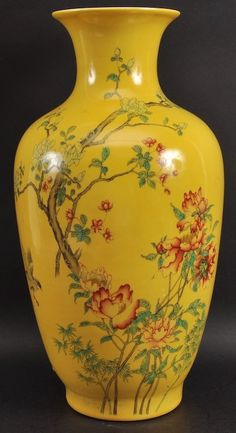 AN EARLY 20TH CENTURY CHINESE YELLOW GLAZED VASE : Lot 295