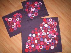 Selfmade: Alle door mijn moeder gehaakte bloemetjes één voor één vastgezet op stof. Nu kussenslopen ervan gaan maken.