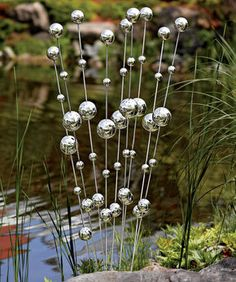 DIY Garden Wind Stalks ~ Make with ping pong and plastic balls on wire stakes and spray with looking glass paint. Outdoor Crafts, Outdoor Art, Garden Crafts, Garden Projects, Garden Ideas, Diy Garden Decor, Yard Art Crafts, Balcony Decoration, Art Projects