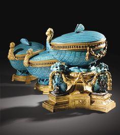 Garniture composée de trois pots-pourris en porcelaine de Chine bleu céleste d'époque Kangxi (1662-1722) à monture de bronze doré d'époque Louis XV, vers 1765 -1770
