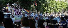 경찰, 성소수자 축제 거리행진 금지통고…주최측 반발(종합) 2015.6.1(MON) http://www.yonhapnews.co.kr/bulletin/2015/06/01/0200000000AKR20150601024351004.HTML?input=1215m 6월 1일 퀴어(Queer)문화축제 조직위원회와 경찰에 따르면 서울 남대문경찰서와 서울지방경찰청은 오는 28일 서울광장에서 열리는 '퀴어 퍼레이드' 행사 중 거리행진을 금지한다고 최근 조직위에 통고했다. (서울=연합뉴스) 임기창 기자