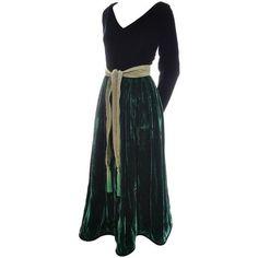 Preowned Oscar De La Renta Vintage Green Velvet Evening Gown Formal... ($895) ❤ liked on Polyvore featuring dresses, green, green formal dresses, oscar de la renta dresses, sleeved dresses, vintage dresses and long sleeve formal dresses