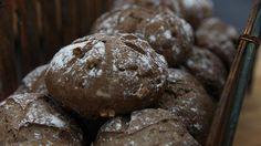 Mangler du inspiration til lækre grovboller, så prøv disse med valnødder, fennikel og mørk øl.