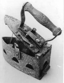 plancha de hierro (Alemania 1840) Detalle del cierre.Se introducian brasas (Coll. Jacques Lebrun)