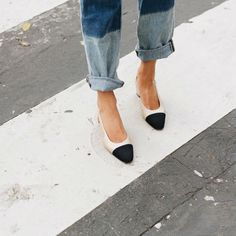 Los zapatos #slingback de CHANEL se convierten en un must have para las bloggers. ¡Un básico reinventado que nunca falla! #Modalia | http://www.modalia.es/disenadores/firmas/8974-sling-back-chanel-bloggers.html #slingback #chanel #bloggers