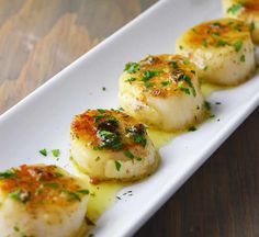 The best way to cook sea scallops. Pan-seared scallops with lemon butter and garlic sauce. Made with lemon, butter, garlic, and fresh parsley. Fish Recipes, Seafood Recipes, Dinner Recipes, Cooking Recipes, Cooking Rice, Cooking Bacon, Diabetic Recipes, Lemon Butter, Herb Butter