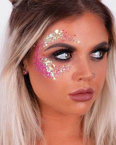 make com glitter para o carnaval – Papo Fashion Rave Makeup, Goth Makeup, Makeup Art, Fairy Makeup, Cheer Makeup, Show Makeup, Mermaid Makeup, Festival Face, Festival Make Up