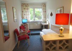 Komfort-Einzelzimmer im AKZENT Hotel Am Hohenzollernplatz Bad Godesberg, Villa, Das Hotel, Corner Desk, Furniture, Home Decor, Bonn, Birthing Center, Single Divan Beds