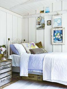 cama de hierro decapada en blanco, marcos de madera envejecidos, ambiente campestre