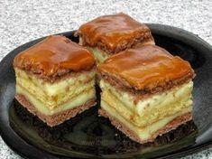 Se asamblează prăjitura astfel: se pune o foaie, se unge cu jumătate din cremă, apoi se pune pandişpanul, se unge cu restul de cremă şi se pune cealaltă foaie. Deasupra se glazurează cu caramel. Se porţionează.