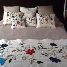 Pie de cama y almohadones, www.facebook.com/bordados.ines1.  Bordados Ines Etcheberry