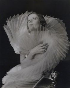 Fashion photo by Francis Goodman, 1937 fromholdthisphoto[National Portrait Gallery, London]