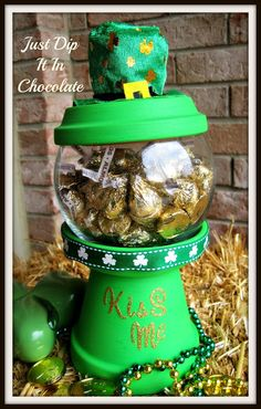 sandylandya Just Dip It In Chocolate: Kiss Me DIY Gumball Machine Clay Pot Projects, Clay Pot Crafts, Jar Crafts, Kids Crafts, Craft Projects, Craft Ideas, Flower Pot Crafts, Flower Pots, Flower Planters