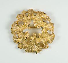 Vintage Crown Trifari  Textured Gold Tone Oak Leaf Wreath Round Pin Brooch #Trifari #crowntrifari #wreath #vintagejewelry #round #gold #ribbon #trifaripin #brooch #oakleaf #oak #leaf