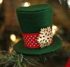 Mini Top Hat Ornament - If you're looking for unique #Christmas ornaments, look no further than your own drawer of fabric scraps. #tutorial